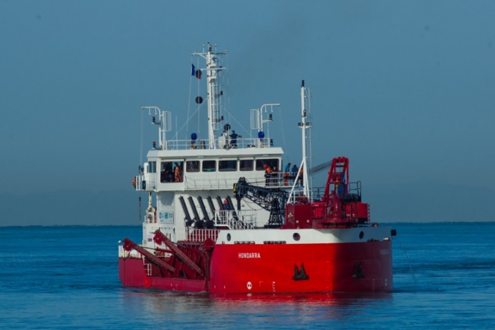The Hondarra during trailing dredging LOW RES