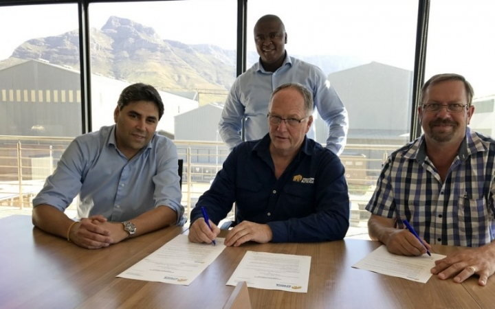 Contract signing_lowres