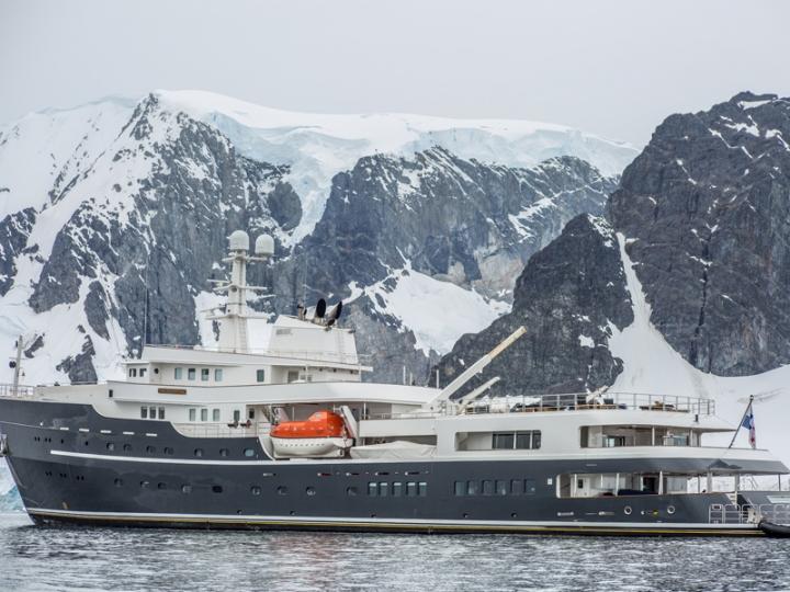 Mega Yacht Legend
