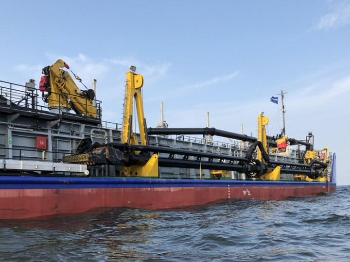 http://www.seaplant.com/files/news_images/23155/The BELOE MORE has been fitted out with a 600 mm trailing pioe for a max dredging depth of 25 m_lr.jpg